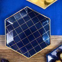 plato hexagonal azul marino y dorado